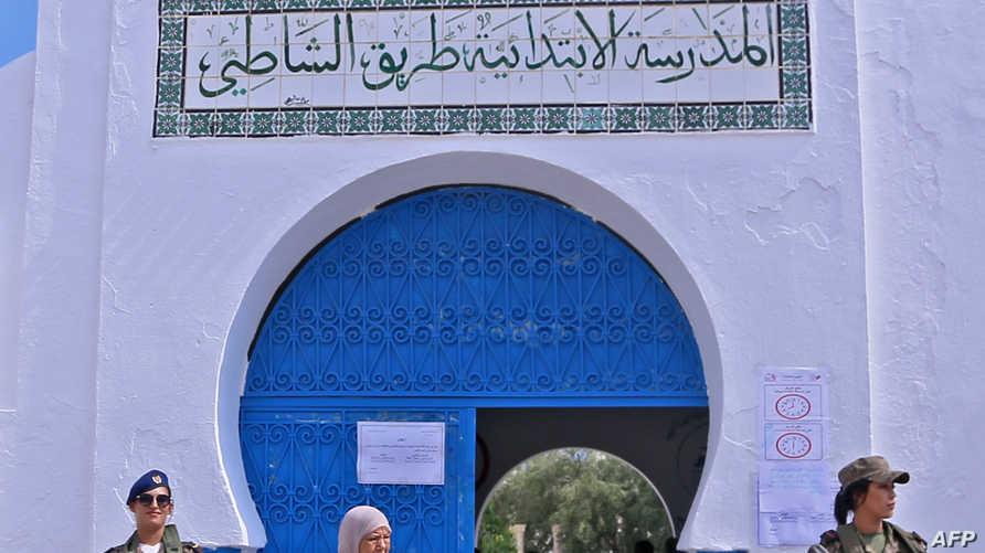 عناصر أمن أمام أحد مقرات الاقتراع في الانتخابات الرئاسية التونسية