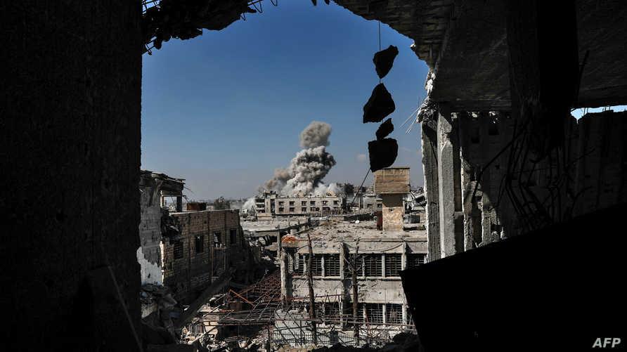 الدخان يتصاعد إثر غارة على حي جوبر شرق دمشق