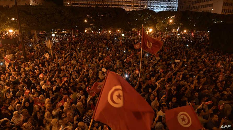 تونسيون يحتفلون بفوز قيس سعيد بانتخابات الرئاسة الأحد وفقا لاستطلاعات رأي