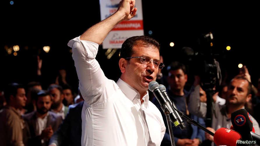 الفائز في انتخابات آذار/مارس أكرم إمام أوغلو خلال كلمته أمام حشد بإسطنبول