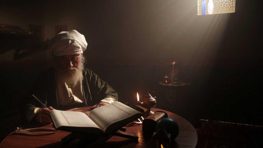 شيخ يقرأ القرآن