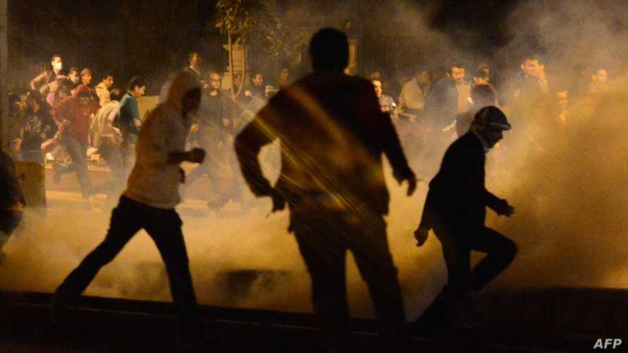 الشرطة المصرية تطلق الغاز المسيل للدموع في اشتباكات مع متظاهرين في ذكرى تنحي مبارك