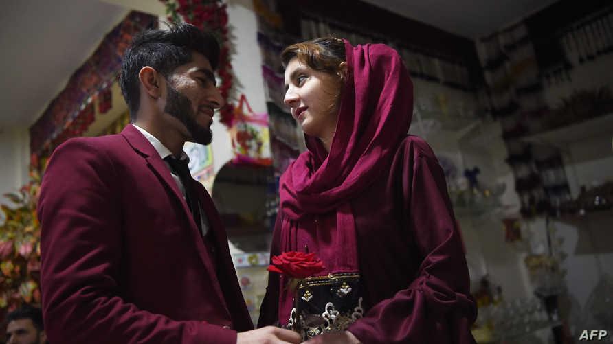 يحتفلان في عيد الحب في كابل، أفغانستان