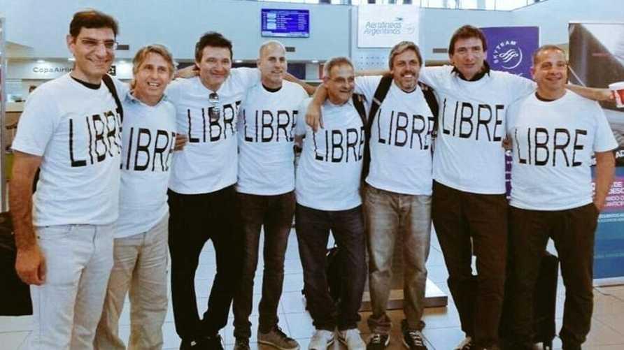 ثمانية من الأصدقاء الأرجنتينيين عند وصولهم إلى الولايات المتحدة، بينهم أربعة من الضحايا في الصورة