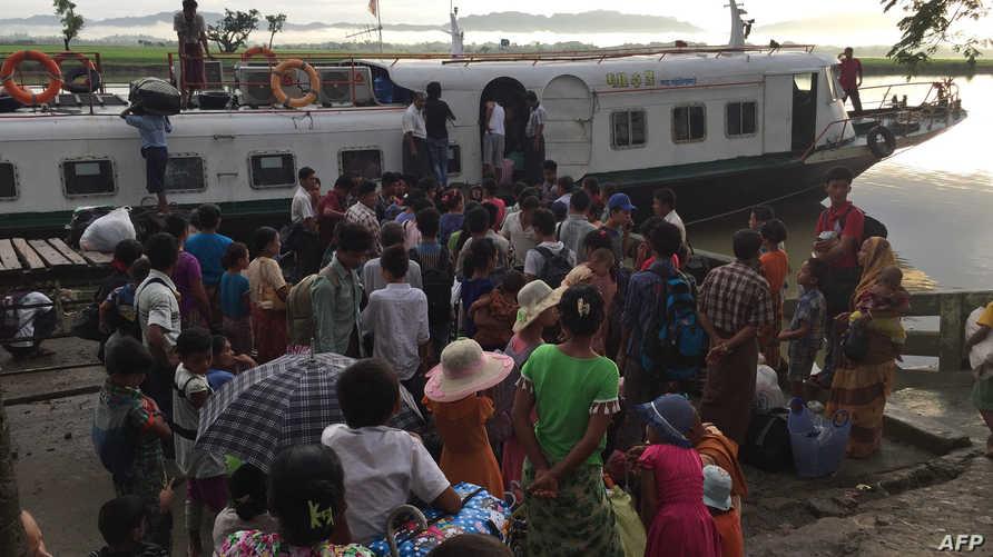 نازحون من الروهينغا يحاولون الهرب من ولاية راخين على مركب