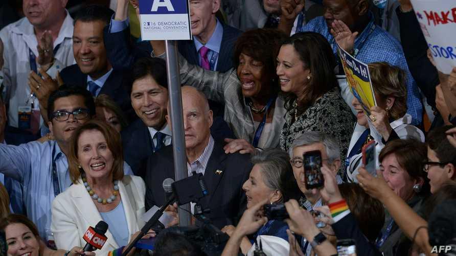 مناصرو هيلاري كلينتون في قاعة مؤتمر الحزب