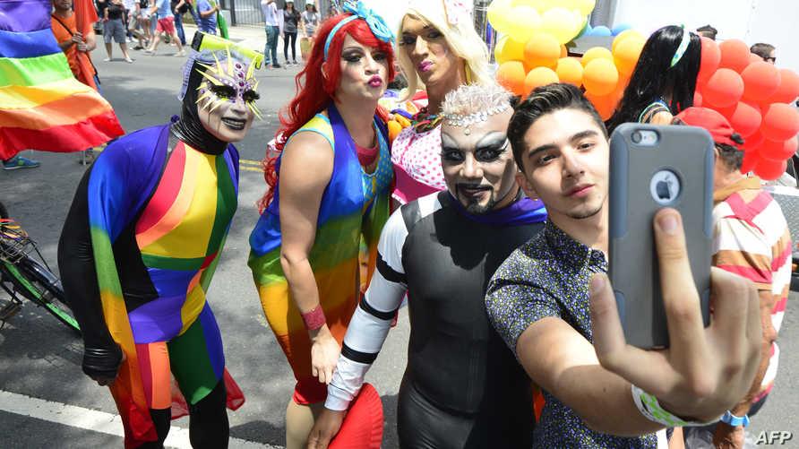 مثليون يلتقطون صورة سيلفي
