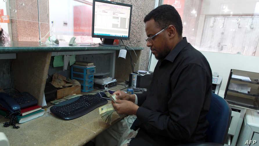موظف في أحد مكاتب الصرف في صنعاء- أرشيف
