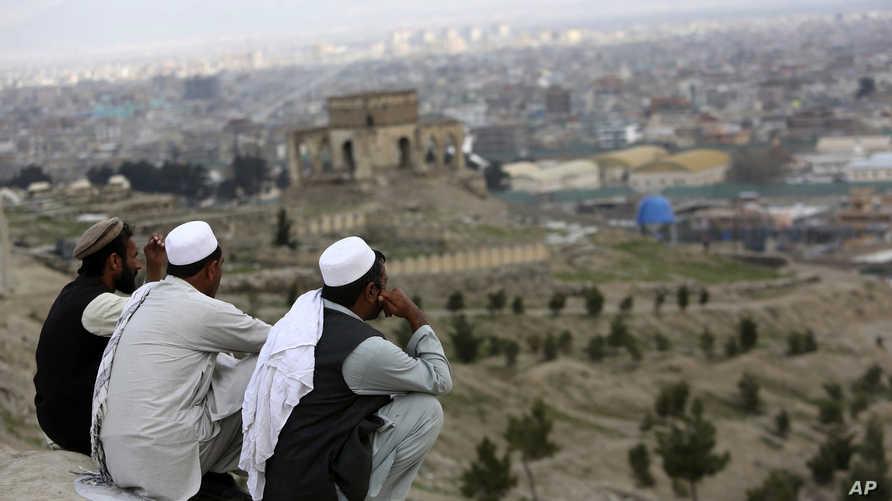 أفغان على تلة ندير خان التي تطل على العاصمة
