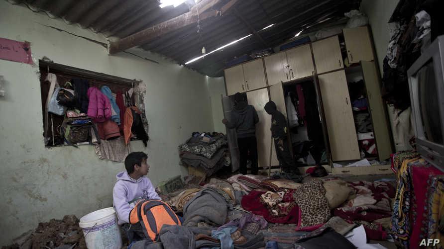 أطفال من غزة في بيت أبو خوصة بعد مقتل طفلين من العائلة بقصف إسرائيلي.
