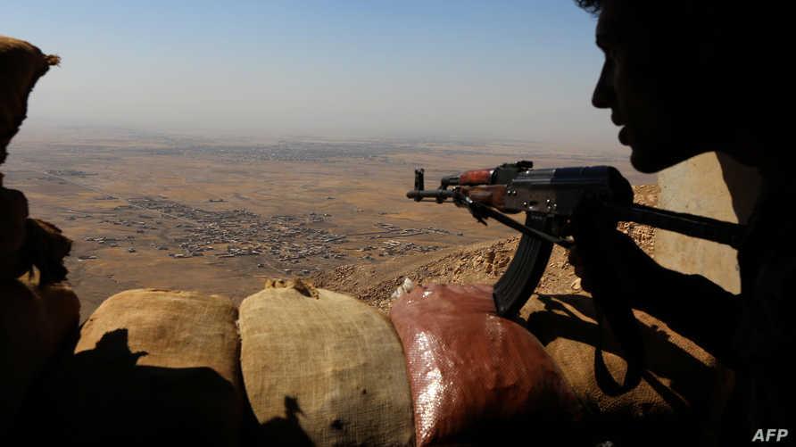 جندي من قوات البيشمركة مرابط على جبل زارداك شرق الموصل