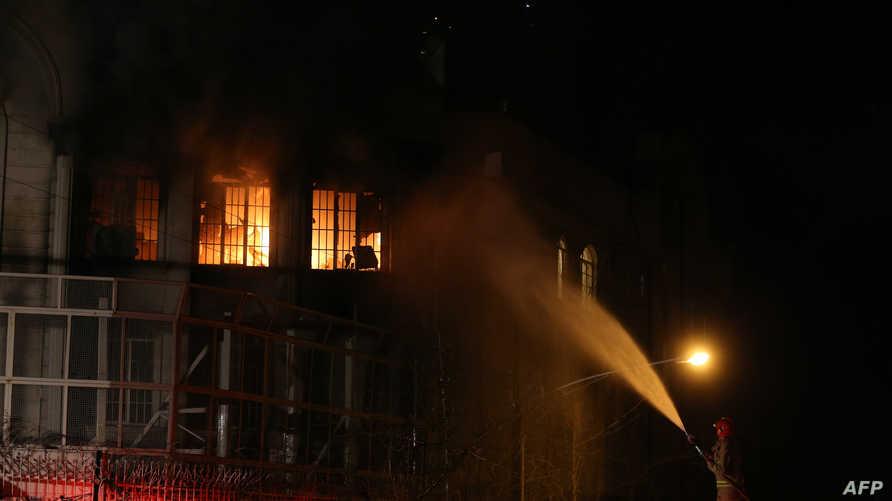 النيران تشتعل في مقر السفارة السعودية في طهران
