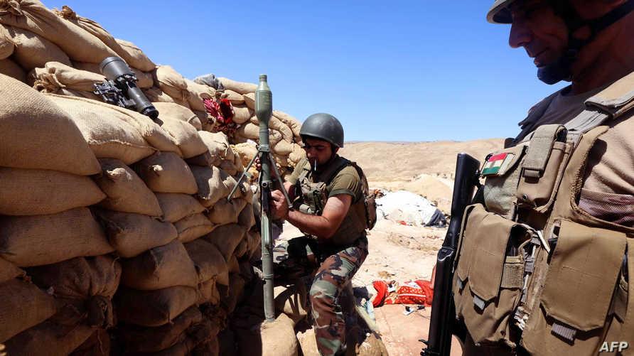 عنصران من قوات البيشمركة قرب سنجار