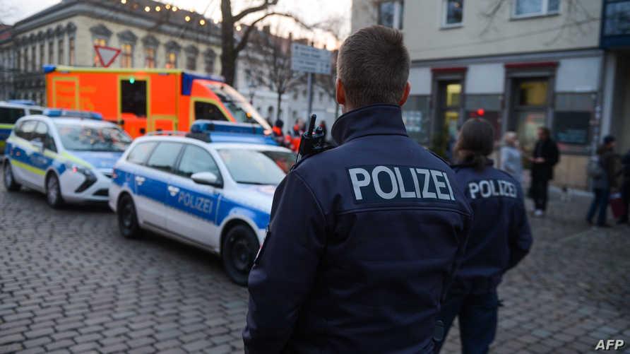الشرطة الألمانية في المكان الذي عثر فيه على  المتفجرة