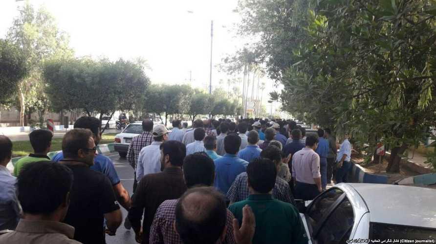 عمال مصنع الصلب بإيران