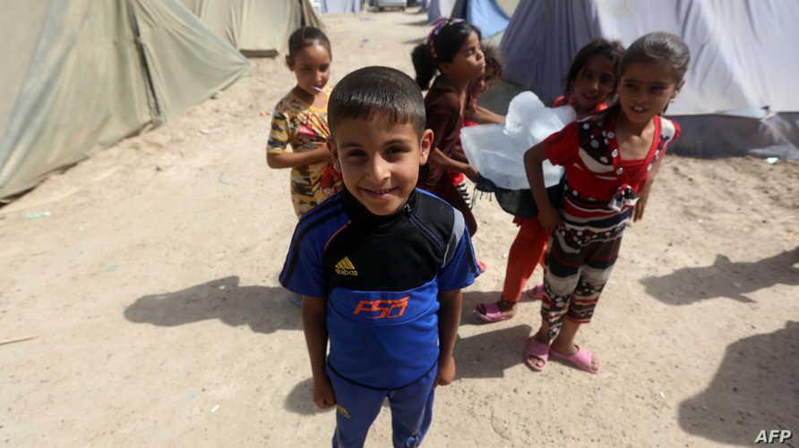 أطفال في مخيم للنازحين في عامرية الفلوجة مخصص للعراقيين الذين فروا من مدينة الفلوجة