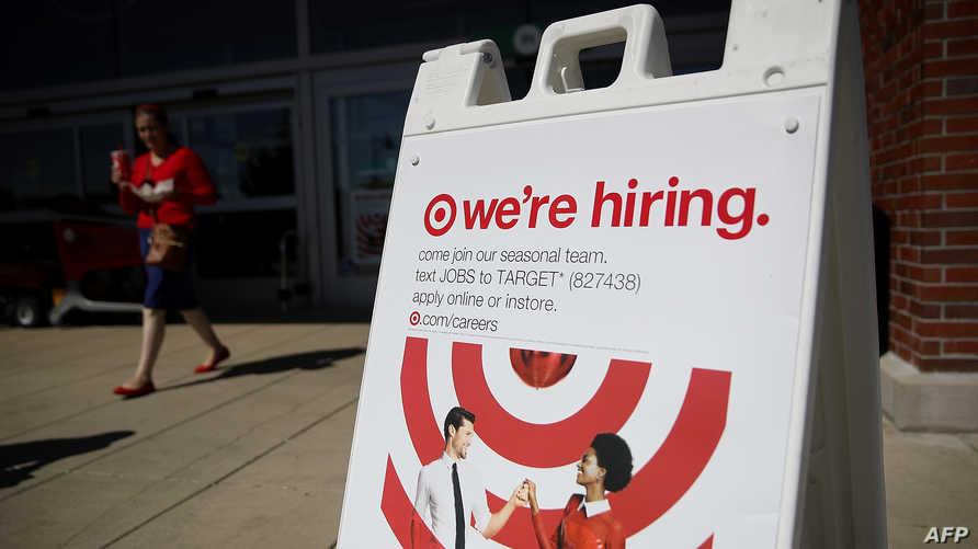 علامة طلب موظفين قرب أحد المحال التجارية في الولايات المتحدة
