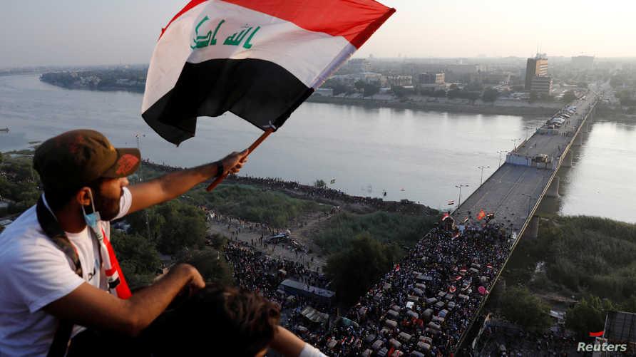 من تظاهرات العراق حيث يظهر أحد الجسور التي تؤدي إلى المنطقة الخضراء