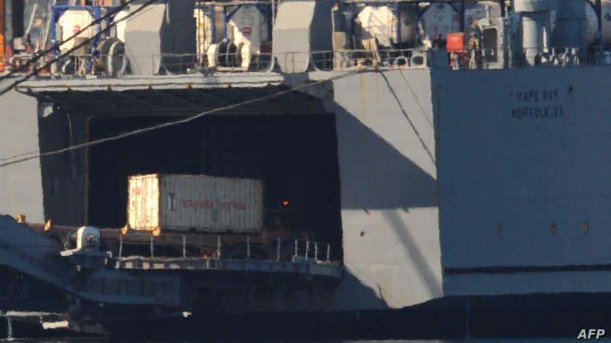 """حاويات بها أسلحة كيميائية سورية خلال نقلها إلى السفينة الأميركية """"كيب راي"""""""