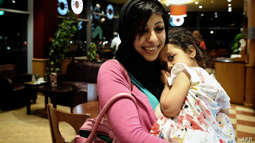 الناشطة زينب الخواجة مع ابنتها- أرشيف