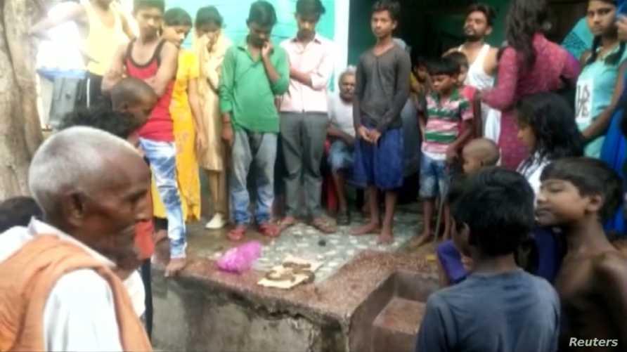حضر العديد من الأشخاص لمشاهدة الثعبان الذي مزقه راج كومار بأسنانه