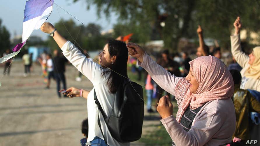 عراقيات يشاركن في مهرجان الطائرات الورقية في بغداد