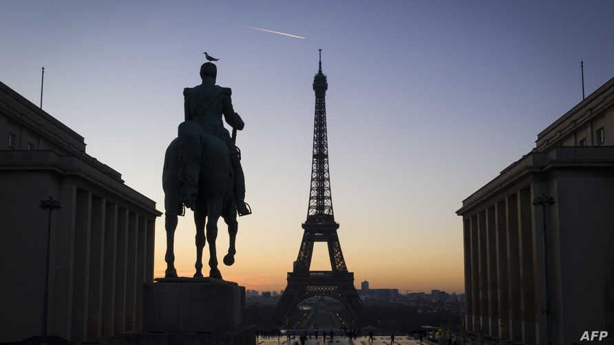 برج إيفيل وتمثال المارشال جوزيف جوفر في باريس