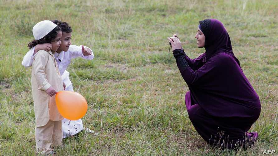 أم مصرية وولديها