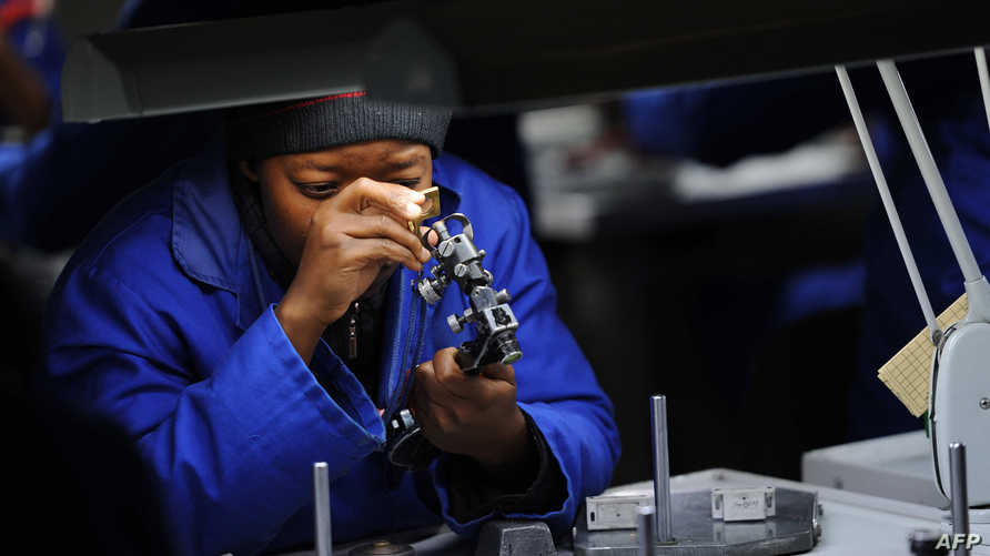 خبير مجوهرات يتفحص قطعا ماسية في بوتسوانا - أرشيف