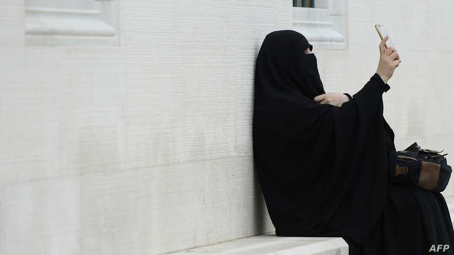 """يحرّم على النساء لبس البنطلون لأنه تشبّه بالرجال """"ويصف العورة ويجسّدها"""""""