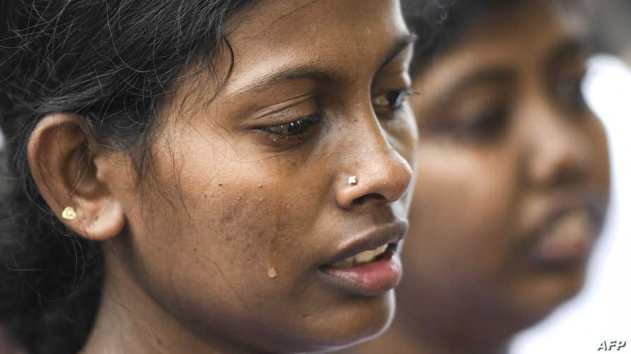 تبكي ضحايا التفجيرات الانتحارية التي استهدفت سريلانكا