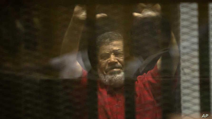 الرئيس المصري المعزول محمد مرسي خلال إحدى جلسات محاكمته