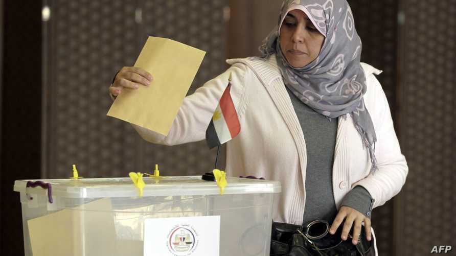 مواطنة مصرية تدلي بصوتها في انتخابات سابقة