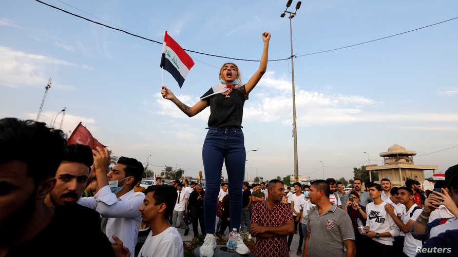 شابة تشارك في مظاهرات العراق للقضاء على الفساد والبطالة ورفض الخدمات الاجتماعية السيئة في بغداد بتاريخ 27 أكتوبر 2019