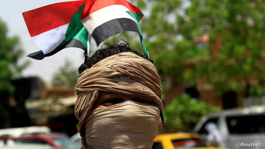 معارض خلال مظاهرة أمام البنك المركزي السوداني