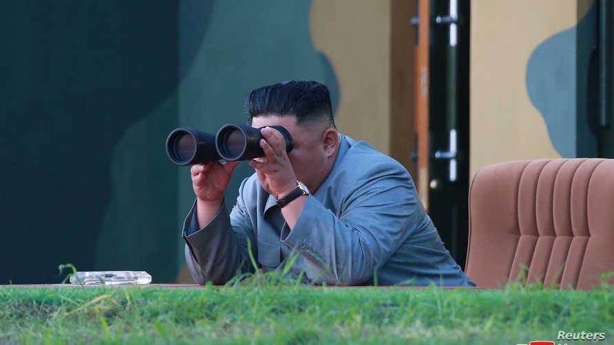 كيم خلال إشرافه على تجربة صاروخية سابقة