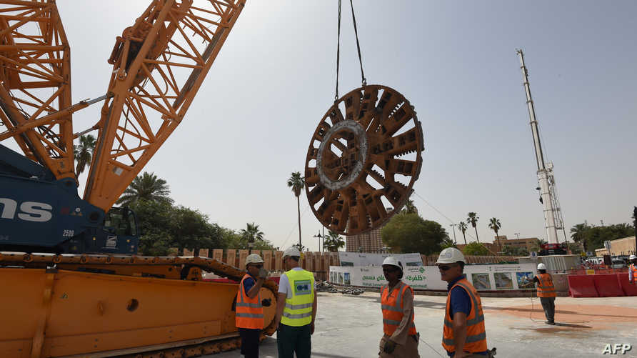 مهندسون أجانب في موقع بناء لجانب من مشروع نظام المترو في العاصمة الرياض بقيمة 22.5 مليار دولار