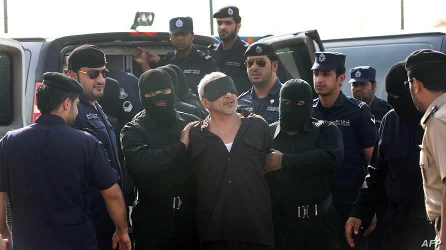 عناصر الأمن يقتادون المتهم بقتل زوجته وأولاده الخمسة