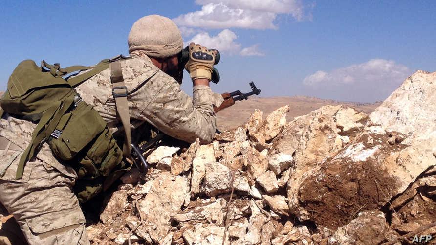 أحد مقاتلي حزب الله يراقب الحدود مع سورية - أرشيف