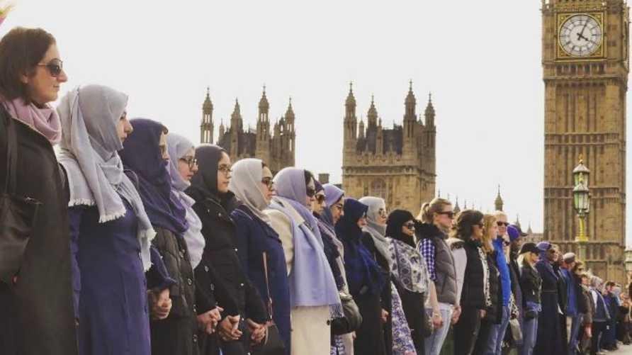 مسلمات يقفن على أحد جسور لندن