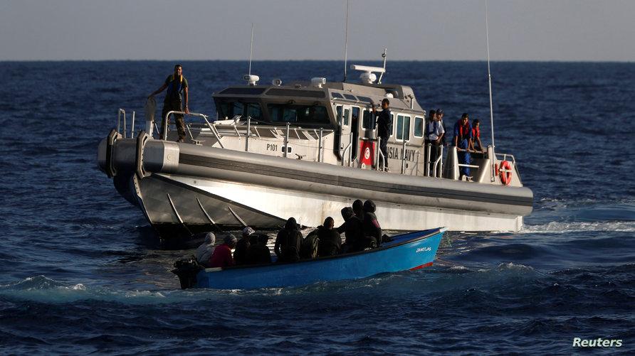 سفينة تابعة للبحرية التونسية تقترب من قارب مهاجرين في المتوسط- أرشيف