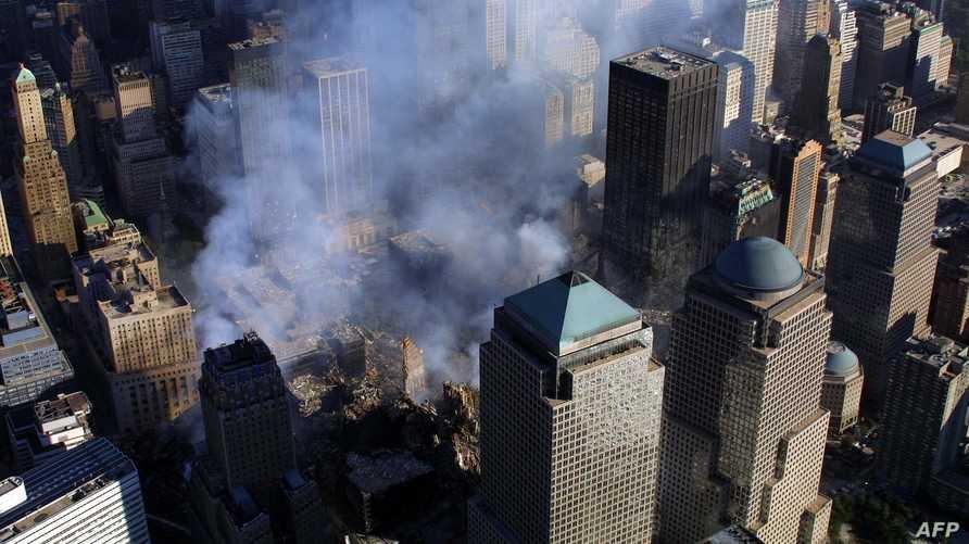 الدخان يتصاعد في سماء مدينة نيويورك إثر هجمات 11 أيلول/سبتمبر 2001.