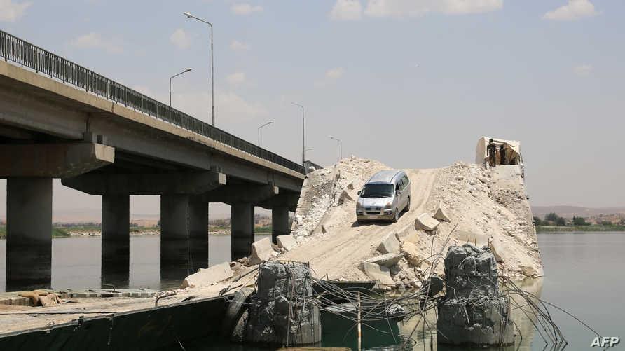 قوات سورية الديموقراطية على جسر دمره مقاتلو تنظيم داعش في مدينة منبج  (أرشيف)