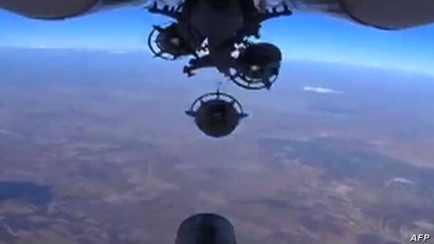 طائرة روسية تلقي قنابل على أحد الأهداف في سورية