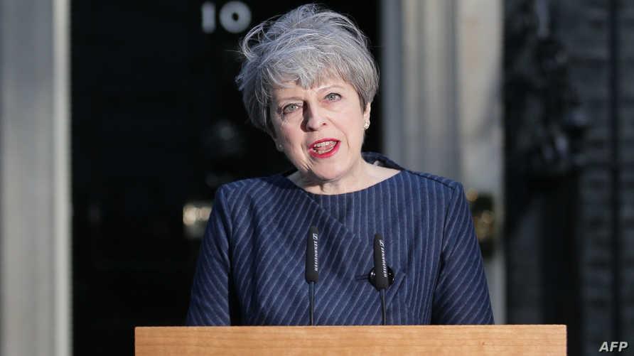 رئيسة الوزراء البريطانية تيريزا ماي خارج مكتبها الثلاثاء