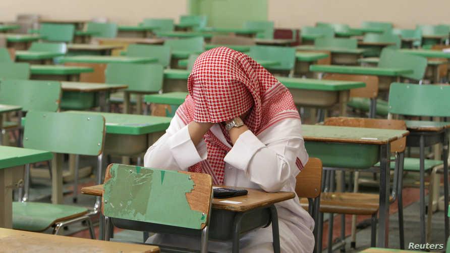 طالب في إحدى المدرس الثانوية في الرياض خلال امتحانات نهاية العام الدراسي- أرشيف
