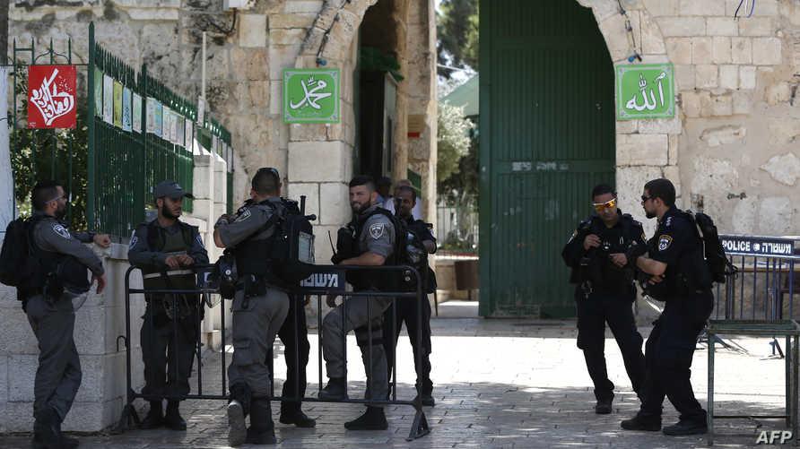 عناصر في الشرطة الإسرائيلية عند أحد مداخل مجمع المسجد الاقصى