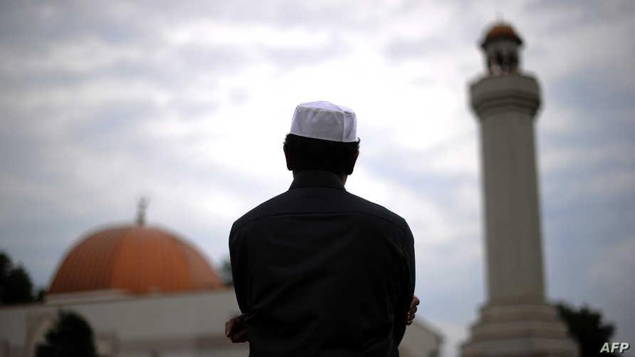مسلم أميركي بعد الفراغ من الصلاة في أحد مساجد فيرجينيا