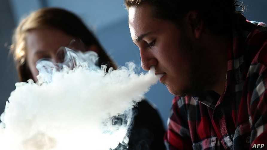 شاب يدخن سيجارة إلكترونية في كاليفورنيا