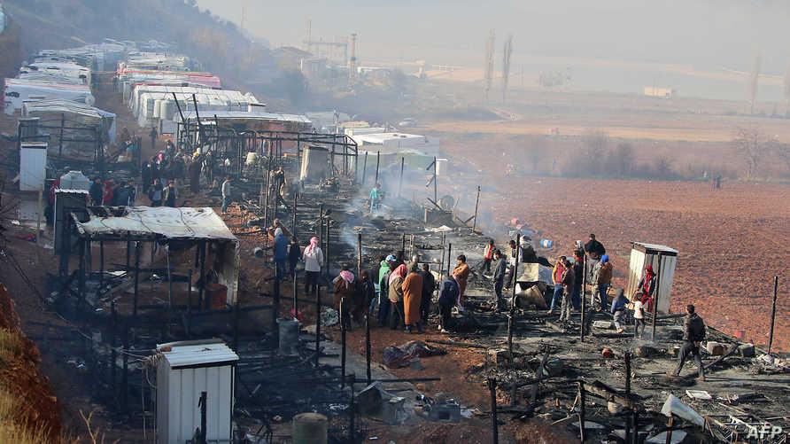 لاجئون في موقع الحريق